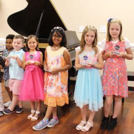 Piano学生在独奏会上获奖